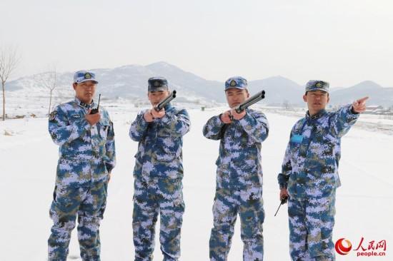 海军航空兵部队斗寒战雪保障战机训练【8】