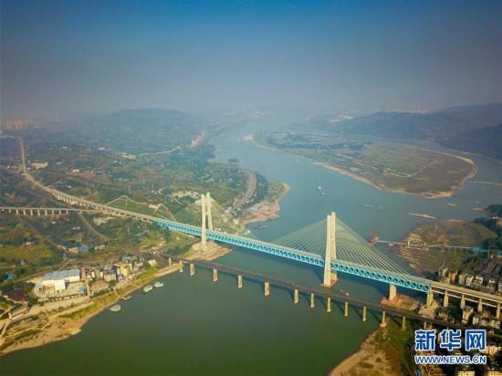 (经济)(6)世界首座双层六线钢桁梁铁路斜拉桥在渝落成