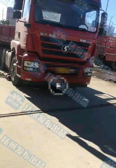 扬州高邮一大货车与电动车相撞 致祖孙俩死亡