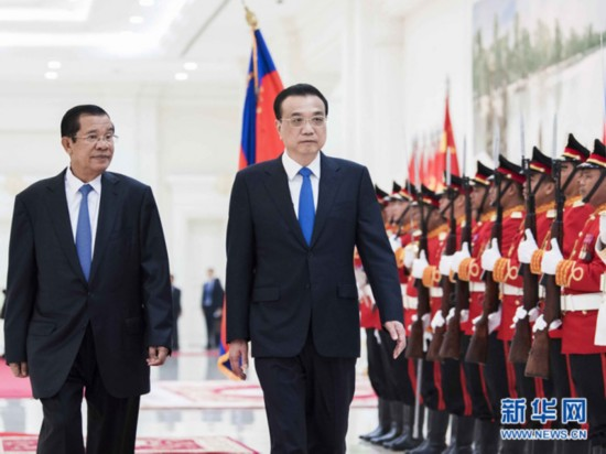 Cambodian Prime Minister Samdech Techo Hun Sen holds a welcoming ceremony for the visiting Chinese Premier Li Keqiang in Phnom Penh on Thursday, January 11, 2018. [Photo: Xinhua/Li Tao]