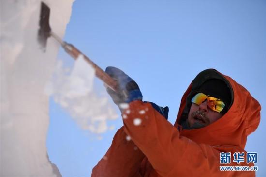 """(社会)(3)哈尔滨:国际雪雕比赛中的""""严寒斗士"""""""