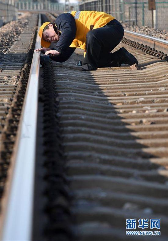 """(图片故事)(3)火车""""电子眼""""的""""保健师"""""""