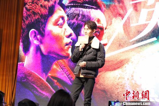 王凯现场演唱电影《英雄本色2018》的宣传推广歌曲《往事流弹》。 孙婷婷 摄