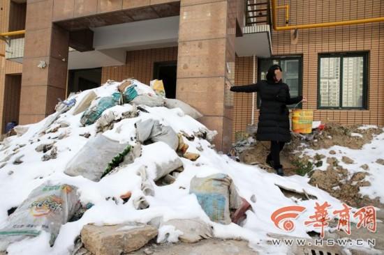 汇林华城业主自救烂尾楼遭施工方建筑垃圾堵门