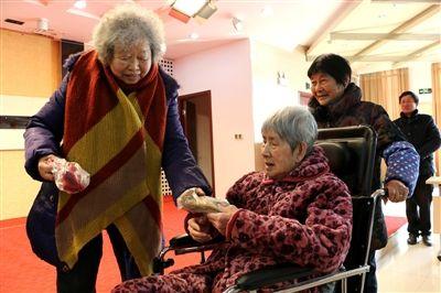南通海安一退休干部为福利院老人编织手套