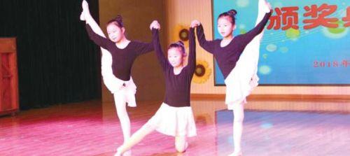 1月12日下午, 济南市七里河小学学生参加学校组织的才艺活动。 本报记者 李飞 摄