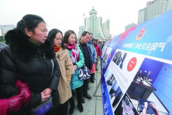在禁赌宣传日活动上,贵阳市民在筑城广场观看展板。