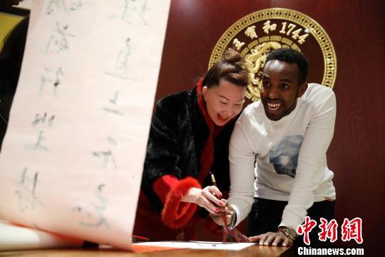 """外国学生在沪""""拜师学艺""""抢鲜体验纯正""""中国年"""""""
