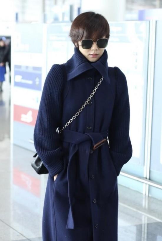 王珞丹穿藏蓝色大衣现身开心挥手 墨镜遮面星范足