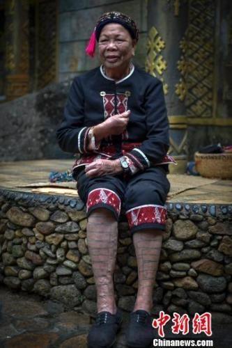 黎族文身老人在景区从事旅游业。 骆云飞 摄