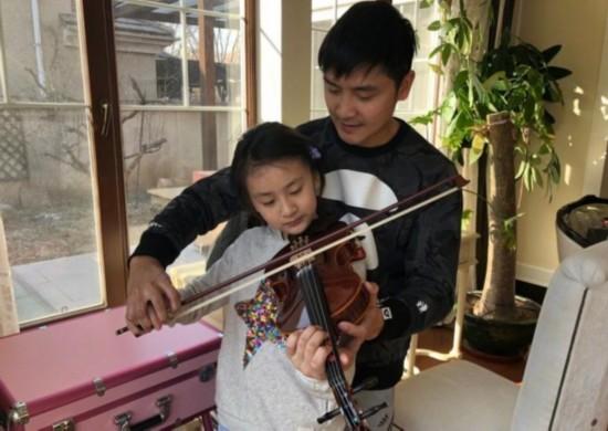 田亮听女儿拉小提琴乐于指导 森碟的表情亮了图片