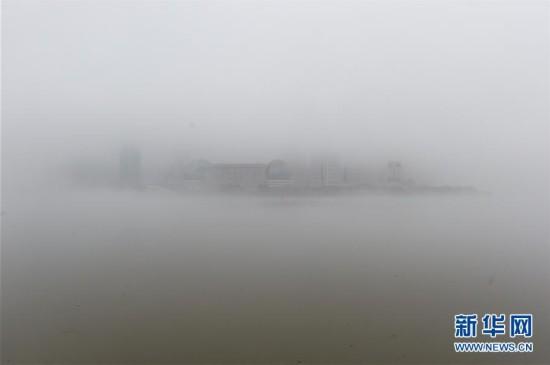 (社会)(1)上海发布大雾橙色预警 机场航班延误