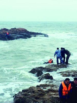 两名游客被困礁石 连云港籍军官跳海救人累晕