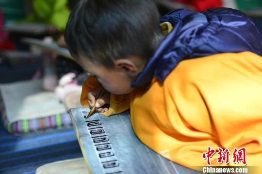 西藏小学生练习藏文书法正回归传统方式