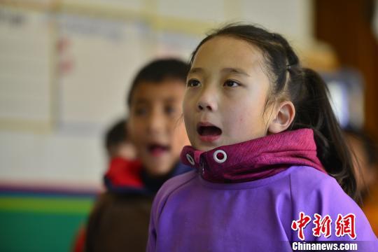 传统的藏文书法练习方式要求练习者盘腿而坐,一手按稳墙星