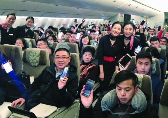 多家航空公司解除使用限制 坐飞机可以玩手机了