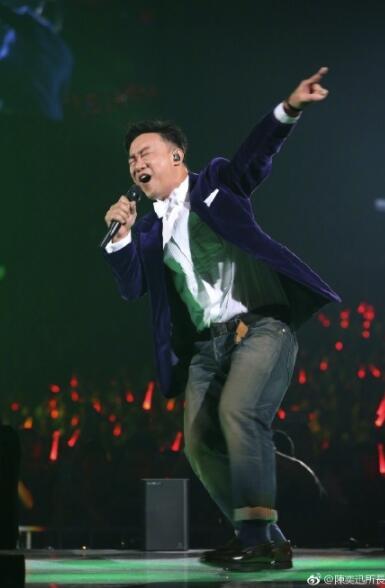 陈奕迅晒演唱现场照自黑撅网络搞怪成表情没有屁股包图的表情图片