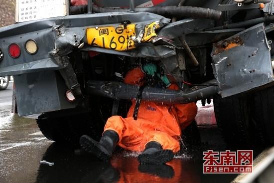 漳州龙海两车追尾30吨液碱泄漏 消防官兵成功处置