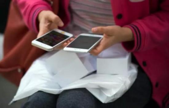 国外iPhone用户彻底怒了:换个电池要等俩月?
