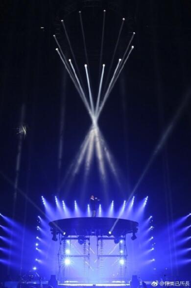 陈奕迅晒演唱现场照自黑撅表情搞怪成屁股小黄狗图片表情表情包图片
