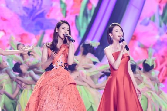 佟丽娅红裙亮相文联春晚 献唱《春暖花开》