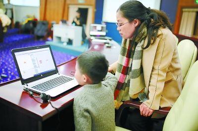 在各种少儿编程培训班上,许多学员都是刚上一年级的小学生.