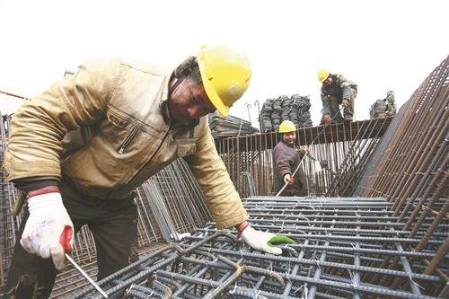 数百名工人不畏严寒 坚持奋战徐州道路工程一线
