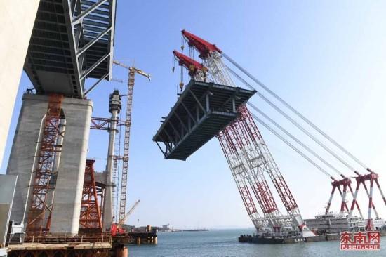 平潭海峡公铁两用大桥首跨3400吨钢桁梁海上成功架设