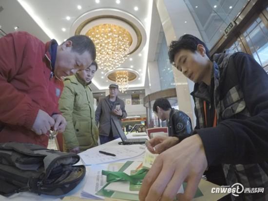 """500余名省政协委员陆续报到 """"履职通""""APP实现提案办理电子化"""