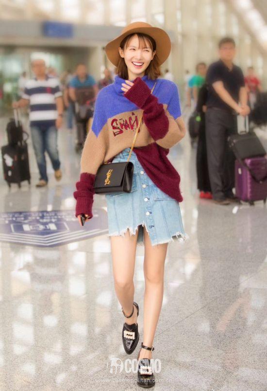 @金晨 结束米兰时装周回国,身穿PEACEBIRD WOMEN的拼色高领毛衣,搭配Yoppie的不规则牛仔半裙时髦好看!鞋子来自Jeffrey Campbell,包包是Ysl的