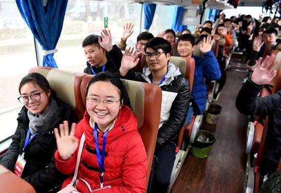 阜阳籍大学生免费乘坐大巴车返回家乡过年