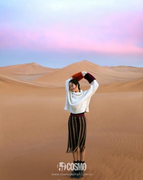 江一燕微博更新了一组在沙漠的写真,身穿Zara高领毛衣和流苏半裙 JIMMY CHOO短靴