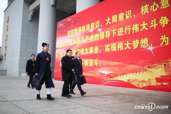 新一届政协委员出席陕西省政协十二届一次会议