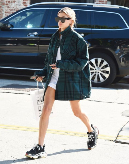 Hailey Baldwin近日于洛杉矶街拍,私服身着Balenciaga T恤及球鞋,Yeezy格纹衬衫,Carmar牛仔半裙。