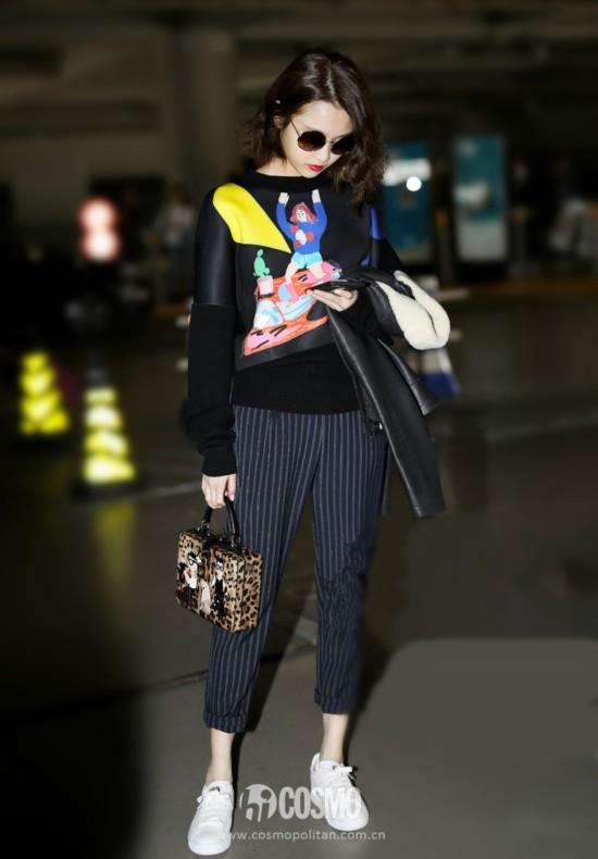 张慧雯wen 10月13日到达上海,身穿卡通针织毛衣,手拎Dolce & Gabbana豹纹方包