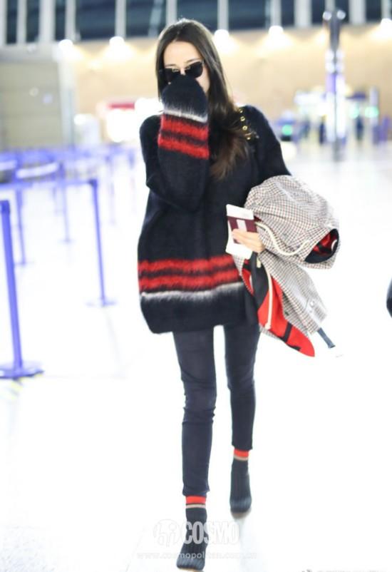 迪丽热巴现身上海浦东机场,身穿Loewe 2017秋冬系列男款毛衣,搭配Céline外套和短靴,佩戴Percy Lau墨镜,肩背Burberry红色双肩包