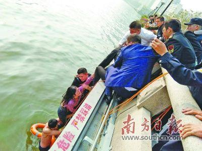 女子落珠江挣扎呼救保安搭人梯成功救人