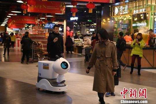 图为工作人员正在展示机器人的功能。 陈超 摄