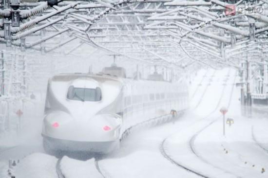 日本新干线受大雪影响1918人被困车内过夜