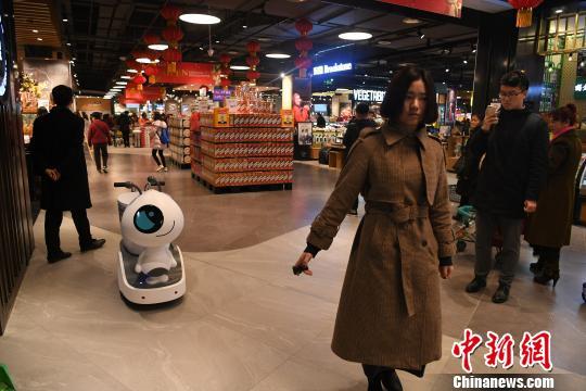 """重庆一超市""""聘请""""机器人当导购员"""