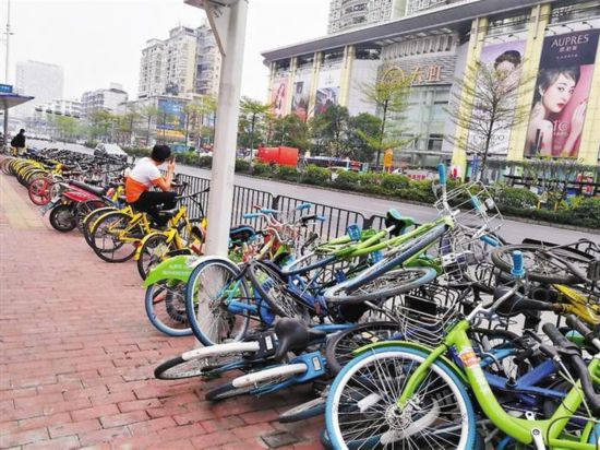企业倒闭车辆无人清理 共享单车成了街头垃圾