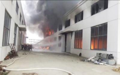 24日宝应发生两起厂房失火事故 窗户玻璃炸裂