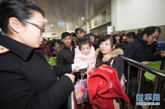 (社会)(1)杭州站首趟春运增开列车开行