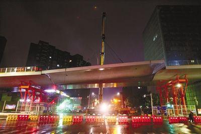 新南立交上跨桥第一联钢箱梁合龙 2019年通车