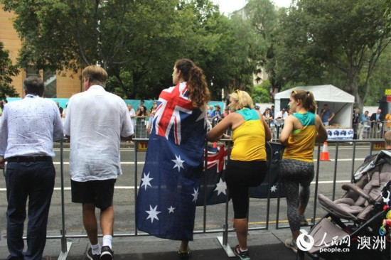 街头身披澳大利亚国的庆祝者(摄影 王泉骄)