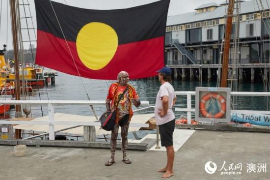 港口悬挂着原住民旗帜(摄影 张先启)