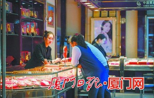 农历狗年带旺狗主题饰品 春节前黄金市场迎来消费小高潮