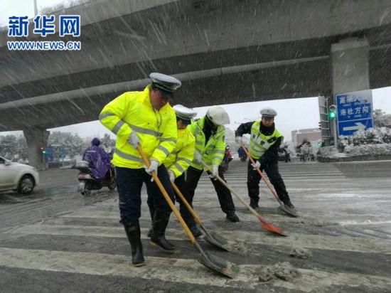 无锡公安近万民警值守岗位扫雪除冰
