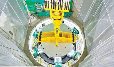 """""""华龙一号""""全球首堆压力容器吊装成功"""