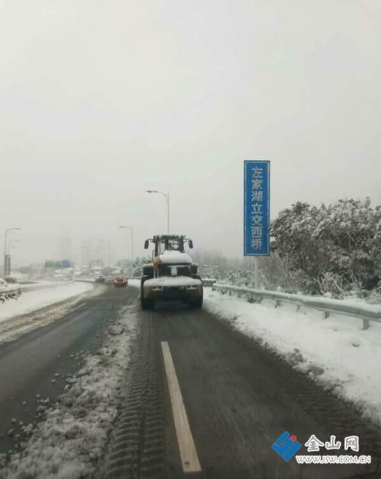 镇江金港大道没有结冰?公路人连续奋战消冰雪